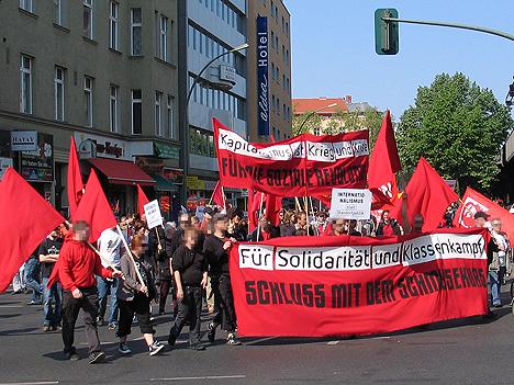Klassenkämpferischer Block mit vielen roten Fahnen