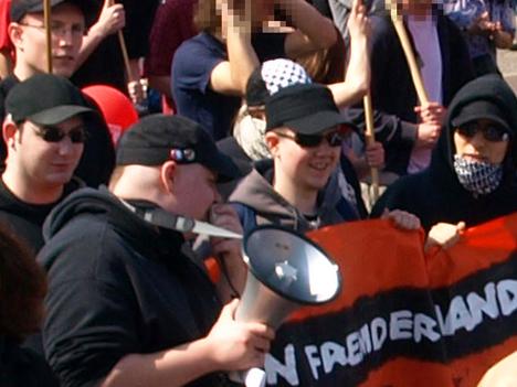 Unerwünschter Besuch: Sechs Faschisten laufen leider unerkannt mit